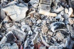 Κινηματογράφηση σε πρώτο πλάνο των αποσυντιθειμένος ξύλινων ανθράκων και της τέφρας στον ορειχαλκουργό Στοκ Φωτογραφίες