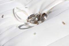 Κινηματογράφηση σε πρώτο πλάνο των ασημένιων γαμήλιων δαχτυλιδιών Στοκ Εικόνες