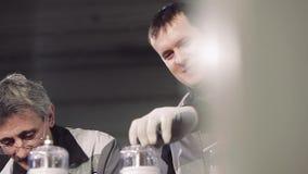 Κινηματογράφηση σε πρώτο πλάνο των εργαζομένων στην εργασία απόθεμα βίντεο