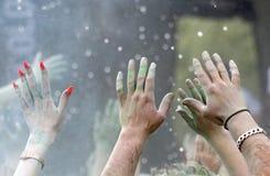Κινηματογράφηση σε πρώτο πλάνο των ευτυχών χεριών κομμάτων που αυξάνονται στον αέρα Στοκ Εικόνες