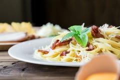 Κινηματογράφηση σε πρώτο πλάνο των ζυμαρικών Carbonara Μακαρόνια με το τυρί μπέϊκον και παρμεζάνας Στοκ φωτογραφίες με δικαίωμα ελεύθερης χρήσης
