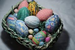 Κινηματογράφηση σε πρώτο πλάνο των ζωηρόχρωμων χειροποίητων αυγών Πάσχας Στοκ Φωτογραφία