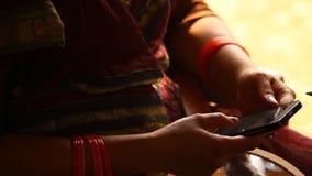 Κινηματογράφηση σε πρώτο πλάνο των θηλυκών χεριών με το τηλέφωνο κυττάρων απόθεμα βίντεο