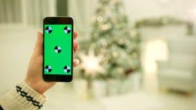 Κινηματογράφηση σε πρώτο πλάνο των θηλυκών χεριών σχετικά με την πράσινη οθόνη στο κινητό τηλέφωνο Κινηματογράφηση σε πρώτο πλάνο φιλμ μικρού μήκους