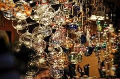 Κινηματογράφηση σε πρώτο πλάνο των διακοσμήσεων Χριστουγέννων ποικιλίας στην πώληση στην αγορά στην Κολωνία Στοκ Φωτογραφία