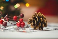 Κινηματογράφηση σε πρώτο πλάνο των διακοσμήσεων Χριστουγέννων στον ξύλινο πίνακα Στοκ εικόνα με δικαίωμα ελεύθερης χρήσης