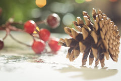 Κινηματογράφηση σε πρώτο πλάνο των διακοσμήσεων Χριστουγέννων στον ξύλινο πίνακα Στοκ φωτογραφία με δικαίωμα ελεύθερης χρήσης