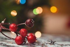 Κινηματογράφηση σε πρώτο πλάνο των διακοσμήσεων Χριστουγέννων στον ξύλινο πίνακα Στοκ Εικόνες