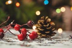 Κινηματογράφηση σε πρώτο πλάνο των διακοσμήσεων Χριστουγέννων στον ξύλινο πίνακα Στοκ Εικόνα