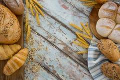 Κινηματογράφηση σε πρώτο πλάνο των διαφορετικών τύπων ψωμιών με τα σιτάρια σίτου Στοκ Εικόνα