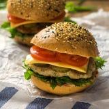 Κινηματογράφηση σε πρώτο πλάνο των κατ' οίκον γίνοντων burgers τετράγωνο Στοκ Εικόνες