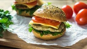 Κινηματογράφηση σε πρώτο πλάνο των κατ' οίκον γίνοντων burgers Στοκ εικόνα με δικαίωμα ελεύθερης χρήσης