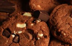 Κινηματογράφηση σε πρώτο πλάνο των καφετιών μπισκότων σοκολάτας Στοκ Εικόνες