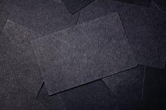 Κινηματογράφηση σε πρώτο πλάνο των κενών μαύρων επαγγελματικών καρτών οριζόντιος Στοκ εικόνες με δικαίωμα ελεύθερης χρήσης