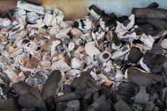 Κινηματογράφηση σε πρώτο πλάνο των κομματιών ξυλάνθρακα καψίματος στη σχάρα σχαρών Στοκ φωτογραφία με δικαίωμα ελεύθερης χρήσης