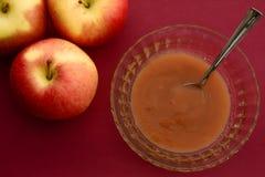 Κινηματογράφηση σε πρώτο πλάνο των μήλων και compote μήλων Στοκ εικόνα με δικαίωμα ελεύθερης χρήσης