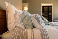 Κινηματογράφηση σε πρώτο πλάνο των μαξιλαριών στο κρεβάτι στο δωμάτιο ξενοδοχείου Στοκ εικόνες με δικαίωμα ελεύθερης χρήσης