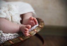 Κινηματογράφηση σε πρώτο πλάνο των μικροσκοπικών ποδιών μωρών Στοκ φωτογραφία με δικαίωμα ελεύθερης χρήσης
