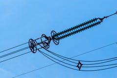 Κινηματογράφηση σε πρώτο πλάνο των μονωτών ηλεκτροφόρων καλωδίων στον ουρανό Στοκ φωτογραφίες με δικαίωμα ελεύθερης χρήσης
