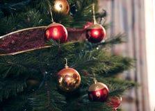 Κινηματογράφηση σε πρώτο πλάνο των μπιχλιμπιδιών που κρεμούν από το χριστουγεννιάτικο δέντρο στοκ φωτογραφίες με δικαίωμα ελεύθερης χρήσης