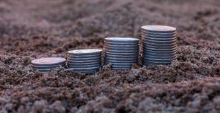 Κινηματογράφηση σε πρώτο πλάνο των νομισμάτων μιας αύξησης των ασημένιων νομισμάτων που απεικονίζουν την αυξανόμενη γραφική παράσ Στοκ Εικόνα