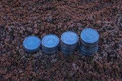 Κινηματογράφηση σε πρώτο πλάνο των νομισμάτων μιας αύξησης των ασημένιων νομισμάτων που απεικονίζουν την αυξανόμενη γραφική παράσ Στοκ Εικόνες