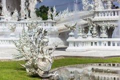 Κινηματογράφηση σε πρώτο πλάνο των νυμφών στον άσπρο ναό, Ταϊλάνδη Στοκ Εικόνες