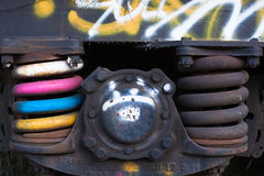Κινηματογράφηση σε πρώτο πλάνο των οξυδωμένων ελατηρίων boxcar φορτηγών τρένων, Στερλίνα, Κολοράντο στοκ φωτογραφίες