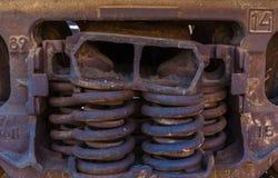 Κινηματογράφηση σε πρώτο πλάνο των οξυδωμένων ελατηρίων boxcar φορτηγών τρένων στοκ εικόνες