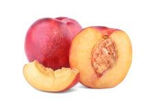 Κινηματογράφηση σε πρώτο πλάνο των ορεκτικών ώριμων νεκταρινιών Juicy και υγιή φρούτα, που απομονώνονται στο άσπρο υπόβαθρο Φρούτ στοκ εικόνα