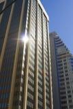 Κινηματογράφηση σε πρώτο πλάνο των ουρανοξυστών ενάντια στο μπλε ουρανό στοκ εικόνα με δικαίωμα ελεύθερης χρήσης