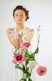 Κινηματογράφηση σε πρώτο πλάνο των λουλουδιών και μιας νύφης πίσω Στοκ φωτογραφία με δικαίωμα ελεύθερης χρήσης