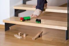 Κινηματογράφηση σε πρώτο πλάνο των παιχνιδιών στα σκαλοπάτια στοκ φωτογραφία με δικαίωμα ελεύθερης χρήσης