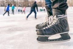Κινηματογράφηση σε πρώτο πλάνο των παπουτσιών πατινάζ πάγου σε μια αίθουσα παγοδρομίας Στοκ Εικόνες