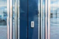 Κινηματογράφηση σε πρώτο πλάνο των πορτών γραφείων γυαλιού με την κλειδαρότρυπα Στοκ Εικόνες