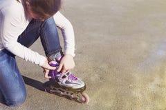 Κινηματογράφηση σε πρώτο πλάνο των ποδιών νέων κοριτσιών που φορούν το παπούτσι πατινάζ κυλίνδρων υπαίθριος Στοκ Εικόνα