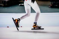 Κινηματογράφηση σε πρώτο πλάνο των ποδιών των σκέιτερ ταχύτητας γυναικών Στοκ Εικόνες