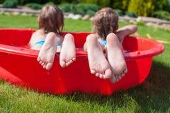 Κινηματογράφηση σε πρώτο πλάνο των ποδιών δύο αδελφές στη μικρή λίμνη Στοκ φωτογραφία με δικαίωμα ελεύθερης χρήσης