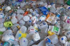 Κινηματογράφηση σε πρώτο πλάνο των πλαστικών εμπορευματοκιβωτίων ποτών Στοκ εικόνα με δικαίωμα ελεύθερης χρήσης