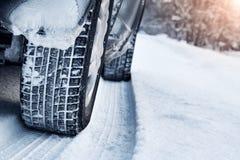Κινηματογράφηση σε πρώτο πλάνο των ροδών αυτοκινήτων το χειμώνα Στοκ φωτογραφία με δικαίωμα ελεύθερης χρήσης