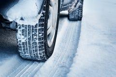 Κινηματογράφηση σε πρώτο πλάνο των ροδών αυτοκινήτων το χειμώνα Στοκ Εικόνα