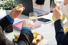 Κινηματογράφηση σε πρώτο πλάνο των σάντουιτς Στοκ φωτογραφία με δικαίωμα ελεύθερης χρήσης