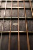 Κινηματογράφηση σε πρώτο πλάνο των σειρών και Fretboard της κιθάρας Στοκ φωτογραφία με δικαίωμα ελεύθερης χρήσης