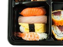 Κινηματογράφηση σε πρώτο πλάνο των σουσιών σε ένα ιαπωνικό καλαθάκι με φαγητό Στοκ φωτογραφία με δικαίωμα ελεύθερης χρήσης