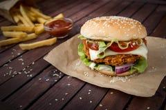 Κινηματογράφηση σε πρώτο πλάνο των σπιτικών burgers Στοκ Φωτογραφίες