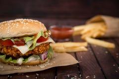 Κινηματογράφηση σε πρώτο πλάνο των σπιτικών burgers Στοκ Φωτογραφία