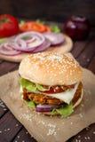 Κινηματογράφηση σε πρώτο πλάνο των σπιτικών burgers Στοκ Εικόνες