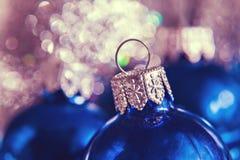 Κινηματογράφηση σε πρώτο πλάνο των σφαιρών Χριστουγέννων στο υπόβαθρο του φωτός Χριστουγέννων Στοκ εικόνα με δικαίωμα ελεύθερης χρήσης
