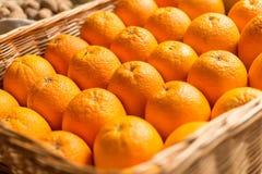 Κινηματογράφηση σε πρώτο πλάνο των τεμαχισμένων πορτοκαλιών Στοκ φωτογραφία με δικαίωμα ελεύθερης χρήσης