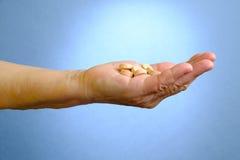Κινηματογράφηση σε πρώτο πλάνο των φαρμάκων εκμετάλλευσης χεριών της ανώτερης γυναίκας στοκ εικόνα με δικαίωμα ελεύθερης χρήσης